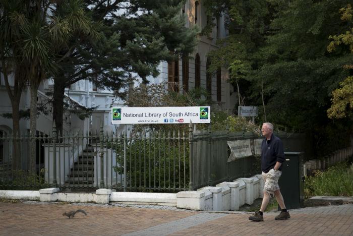 Turista encontra construções históricas e muito verde no passeio a Company Gardens