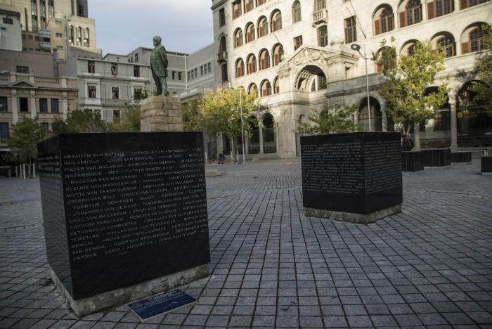 Na Church Square, próximo ao Museu Slave Lodge, blocos de granito foram erguidos em reconhecimento à contribuição dos escravos vindos da Malásia e da Índia para a herança cultural de Cape Town