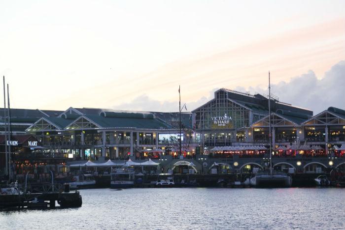 Lojas, quisoques, bares, resturantes e um diversificado aquário são opções de lazer no WaterFront