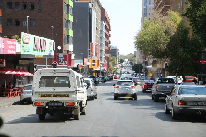 Trânsito é intenso nas longas vias de Joanesburgo