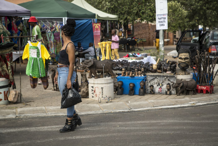 Turista compra artesanato na famosa Vilakazi Street, em Soweto