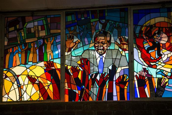 Vitrais da Igreja Regina Mundi fazem tributo a Mandela e à luta antiapartheid