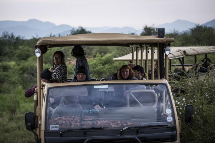 Turistas percorrem a savana em jipes 4x4. Também é possível usar carros de passeio