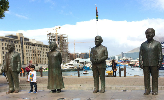 No Waterfront, estátuas em homenagem aos cinco ganhadores do Nobel da Paz  na África do Sul: Albert Luthuli, Desmond Tutu, F.W. de Klerk e Mandela