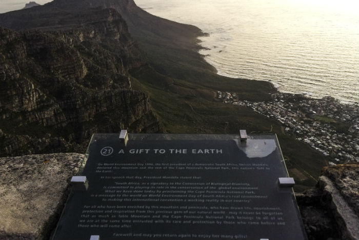 Um presente para a terra é o que diz a placa sobre a Table Mountain