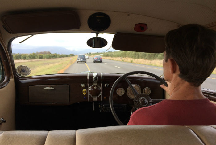 Rudolph Langhoff mantém com o pai uma empresa especializada em recuperar carros antigos e guiar turistas em roteiros com toque vintage