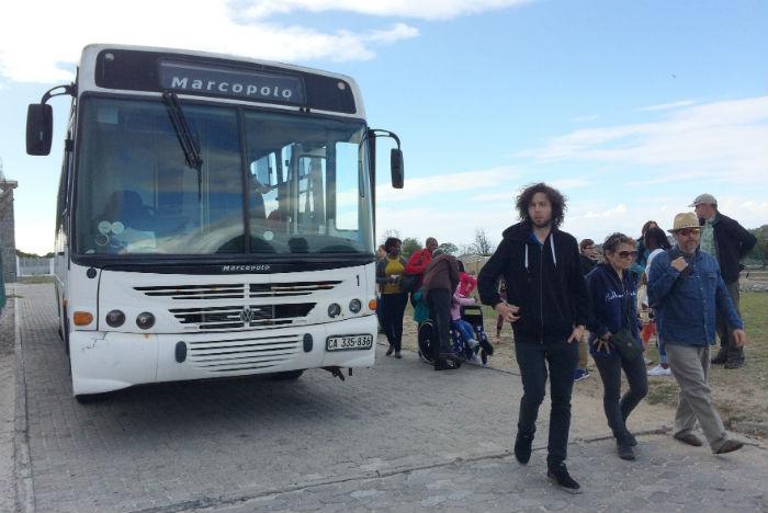 Ônibus levam turistas a percorrer parte da ilha