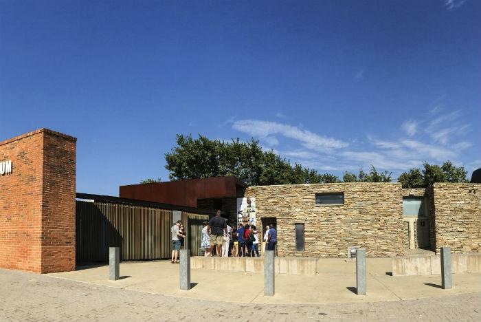 Arquitetura do Museu do Apartheid lembra fortaleza em concreto, metal e aço