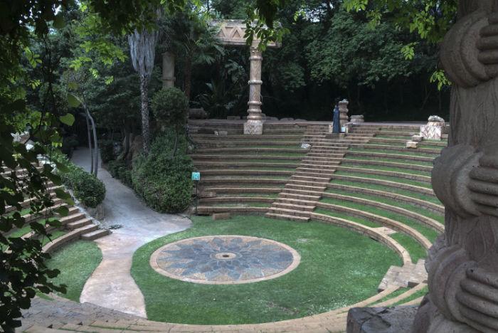 Anfiteatro sedia apresentações culturais no complexo de lazer Sun City