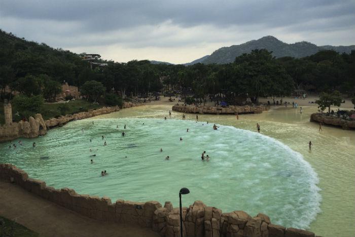 Piscina artificial com ondas é principal atrativo de Sun City