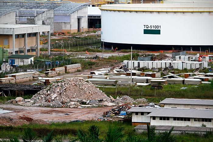 Entulhos da área da Refinaria Abreu e Lima, que está com obras suspensas até 2017 - Foto: Fernando da Hora/JC Imagem