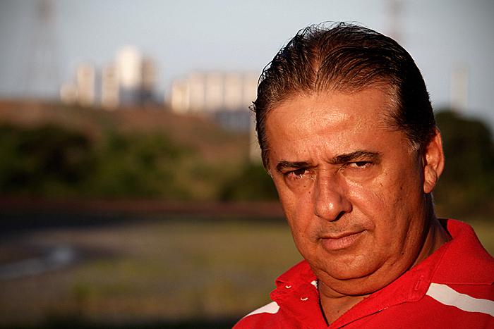 Claudemir Santos, que precisou cortar empregos nas pousadas depois que a demanda de pessoas que trabalhavam em Suape diminuiu - Foto: Fernando da Hora/JC Imagem