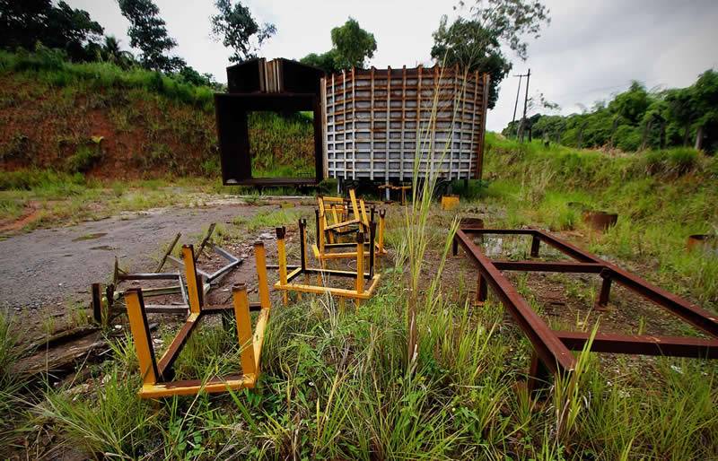 Equipamento da refinaria enferrrujando na Norship, por falta de pagamento - Foto: Fernando da Hora/JC Imagem
